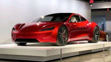 Süper aracı Roadster'i ABD'deki Petersen Otomotiv Müzesi'nde sergilemeye başlayan Tesla, araçla ilgili çok önemli bir açıklama yaptı. Şirket tarafından yapılan açıklamalarda, bu otomobilin özel bir SpaceX paketi ile satın alınabileceği ifade edildi. Paket, aracın yalnızca 1,1 saniyede 100 km/sa hıza ulaşmasını sağlayacak.