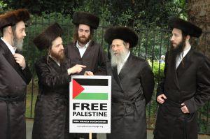 أعضاء من طائفة ناطوري كارتا في مظاهرة ضد مهاجمة وتجويع الشعب الفلسطيني