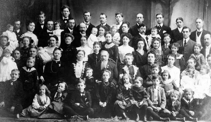 زوجات وأولاد جوزيف ف. سميث، ابن أخ جوزيف سميث الابن، قرابة عام 1900.