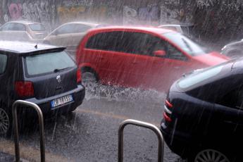 Nubifragio a Ostia, salvate 10 persone bloccate in casa