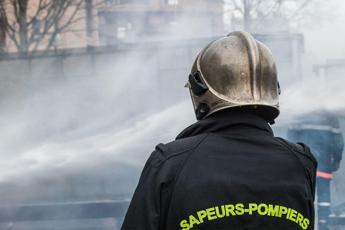 Incendio a Parigi sotto controllo, 30 fermati