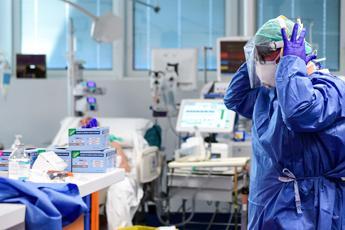 Coronavirus, oltre 11500 morti in Italia ma contagio rallenta