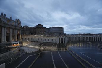 Papa prega nella piazza deserta: Signore non lasciarci in balia della tempesta