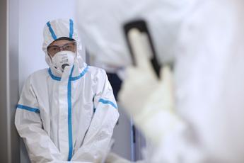 Coronavirus, altri 454 morti ma primo calo malati in Italia