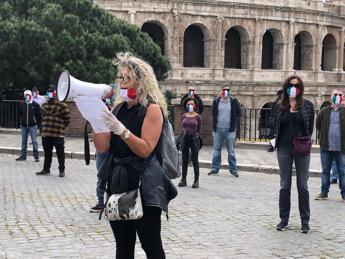 In piazza col lockdown, flash mob 'mascherine tricolori'/Video