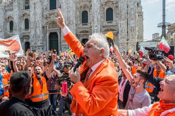 Pappalardo and the orange vests, in the square in Milan without masks