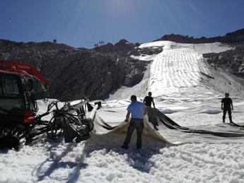 Sul Presena tornano i teloni salva-ghiacciaio