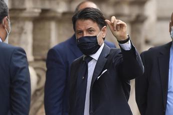 Conte 'bacchetta' un cittadino: Tenete la mascherina
