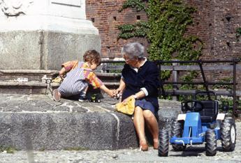 Bonus baby sitter, ok anche ai nonni purché non conviventi
