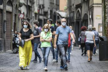 Covid, l'infettivologo: Diffuso nelle famiglie dai fuggiti a controlli