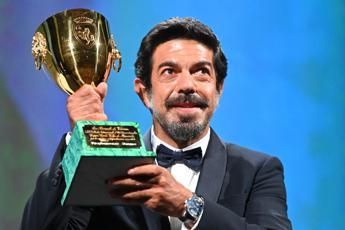 Venezia, Leone d'Oro a Nomadland. A Favino la Coppa Volpi per 'Padrenostro'