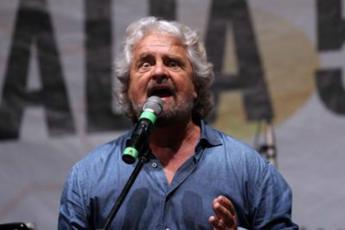 Beppe Grillo e il vaccino covid: Li faccio tutti in una sola siringata