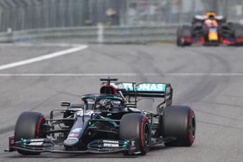 Gp Eifel, Hamilton trionfa: raggiunto Schumi con 91 vittorie