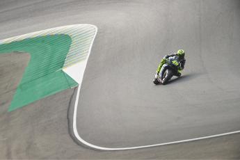 MotoGp, Valentino Rossi cade a Le Mans