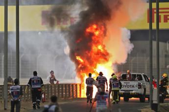 Gp Bahrain, monoposto Grosjean in fiamme: pilota salvo