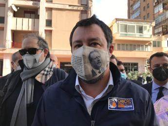 Salvini in via D'Amelio, mascherina con foto di Borsellino