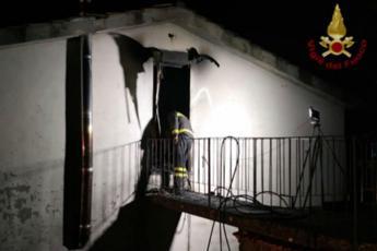14enne muore in incendio, madre ferita in incidente