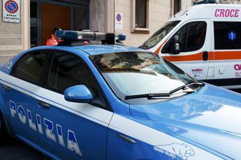 Ferisce una donna, poi si uccide davanti ai poliziotti: choc a Torino
