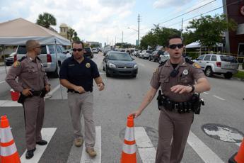 Uccide padre, fratello e altre due persone in strada
