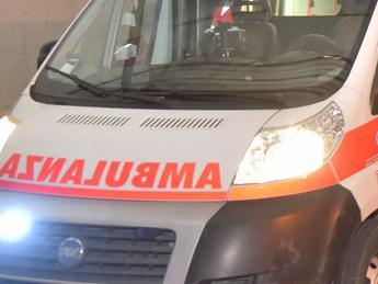 Salerno, a Padula uomo si getta da balcone con il figlio: Morti