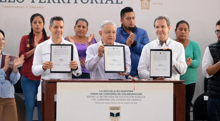 """Pone en marcha AMLO programa """"La Escuela es Nuestra"""" y"""
