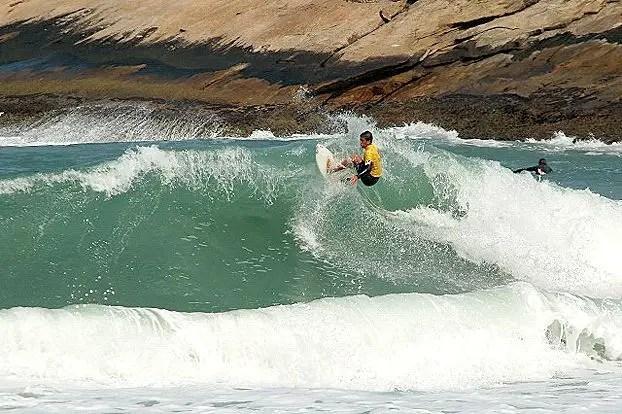 surf na praia do grumari