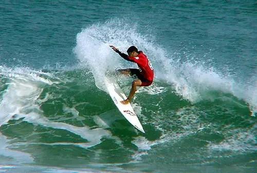 Surfista executando uma rasgada. Uma das manobras de surf mais comuns em campeonatos