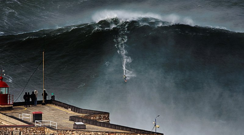 garret mcnamara surfando onda gigante em nazaré - adrenalina 10