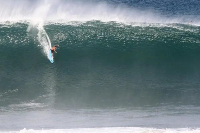 Pedro Scooby descendo onda gigante em Puerto Escondido