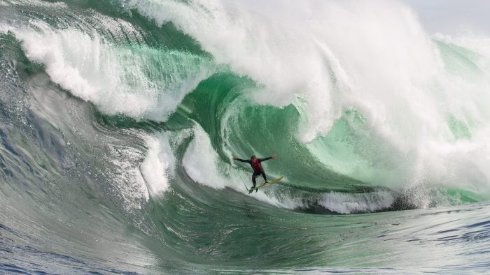 Ryan Hipwood surfando uma onda gigante em Shipstern Bluff