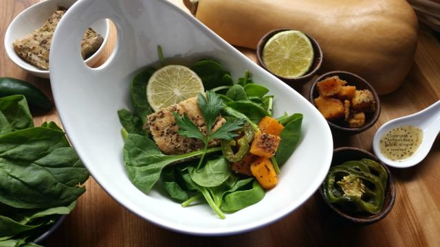 This Grilled Salmon Salad with Butternut Squash with a citrus dressing is the a wonderful option to offer the family  #ComidaKraft #ad