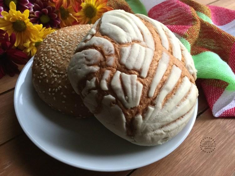 Puedes disfrutar el atole de almendras junto con pan de dulce
