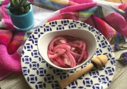 Cebollas en Escabeche Estilo Mexicano. Las rosadas obtienen su color de la cebolla morada