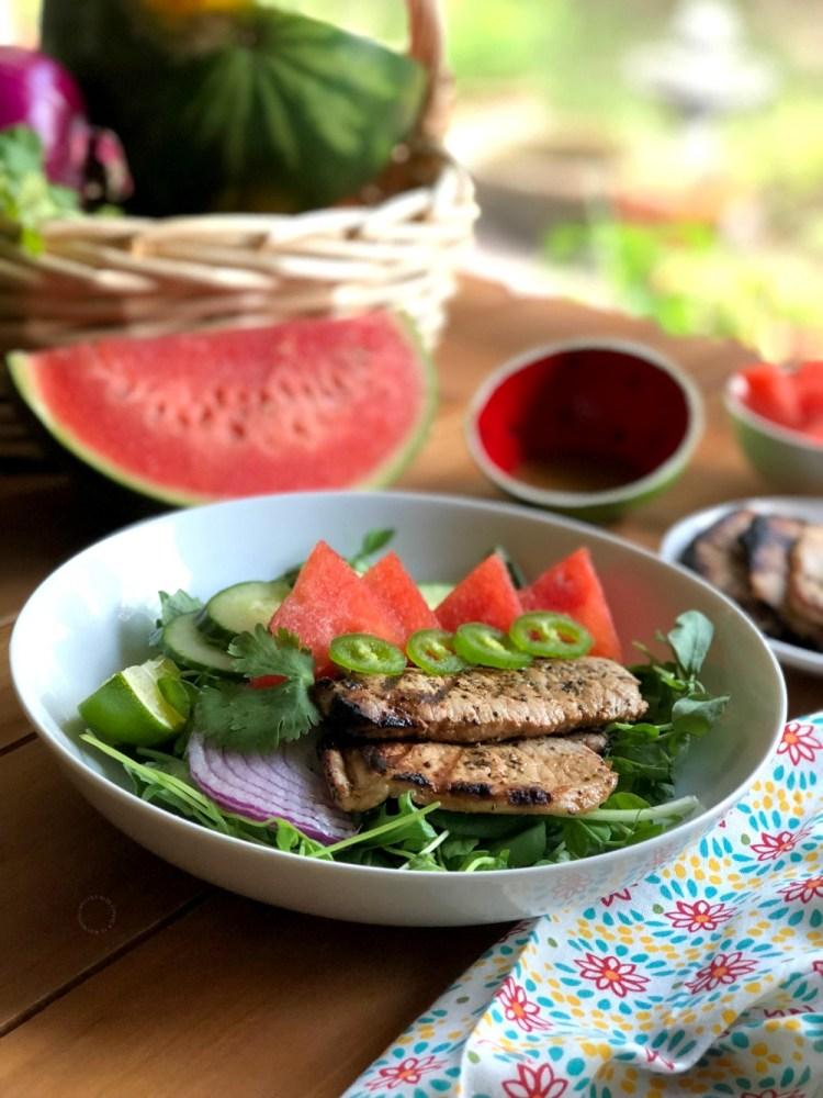 La receta de la ensalada de chuletas de cerdo a la parrilla con sandía está lista en pocos minutos