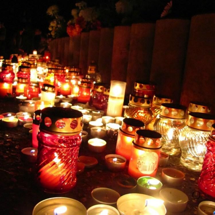 Velas para guiar el camino de las almas un element importante en el altar