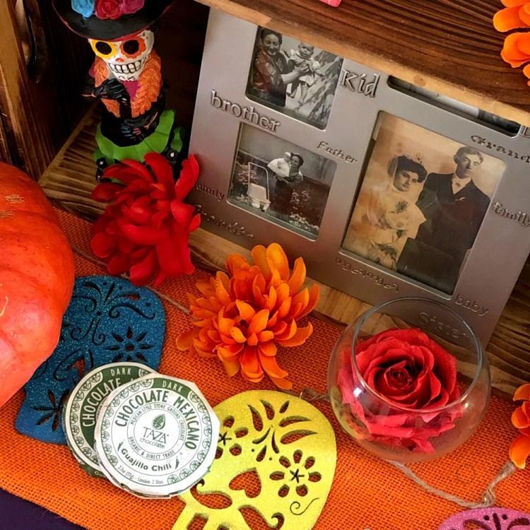 Fotos de la familia, comida y flores comunes en la celebración de día de muertos