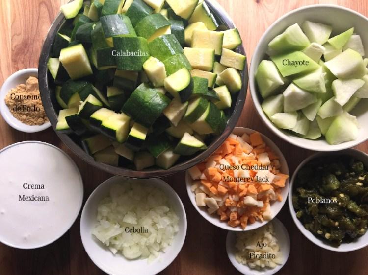 Ingredientes para la guarnición de chayote y calabacitas con crema y queso