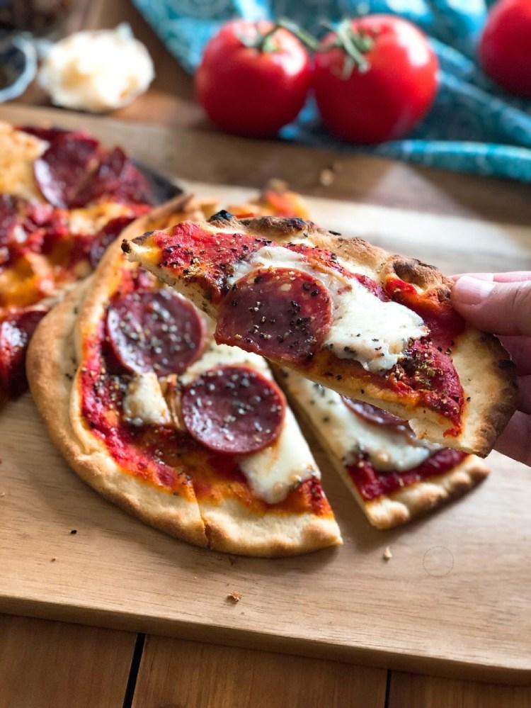 Deliciosa pizza de salami y jamón serrano