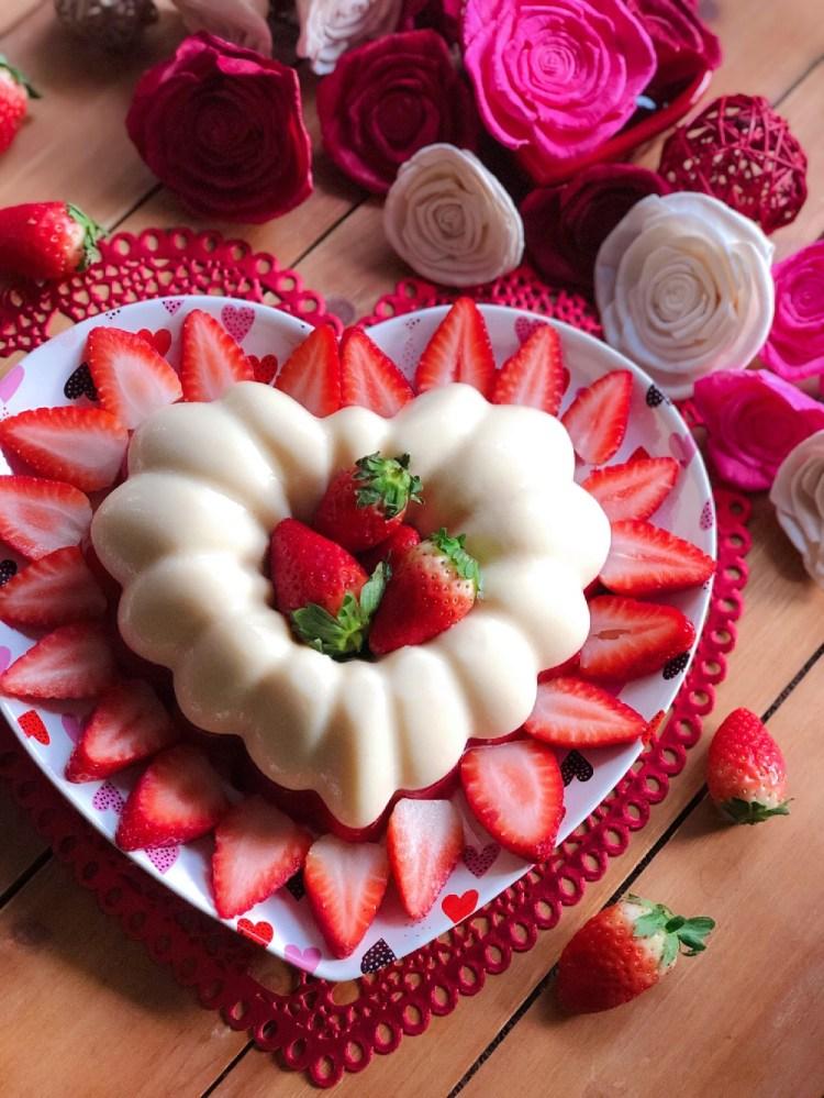 Prepara la gelatina de fresas con crema para la celebracion del dia del amor