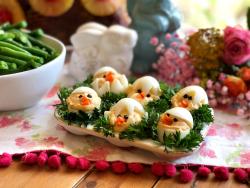 Los pollitos endiablados son un delicioso aperitivo para agregar a la fiesta de Pascua. Esta receta está inspirada en los huevos endiablados clásicos. Servidos en una camita de cilantro.