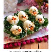 La receta para los pollitos endiablados es un aperitivo delicioso, perfecto para la fiesta de Pascua. Esta receta tiene huevos, mayonesa, mostaza y especias. Además de zanahorias para los picos y aceitunas negras para los ojitos. Los pollitos están anidando en un plato adornado con perejil rizado.