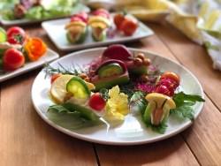 Prepara estos divertidos bocados con los niños y usa productos frescos, verduras, flores comestibles, hummus y queso crema.