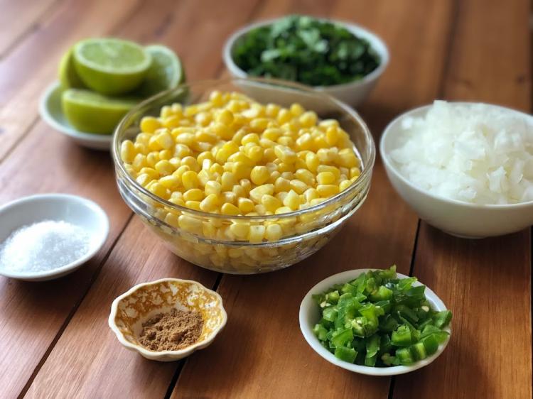 Los ingredientes para hacer la salsa incluyen maíz fresco de la Florida, chiles jalapeños, cebolla blanca, cilantro, jugo de limón, comino y sal