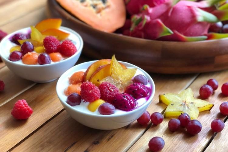 Yogurt Casero al Estilo Instant Pot servido con miel de abeja y frutas frescas