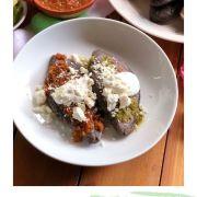 Tlacoyos con masa de maiz azul para las fiestas patrias legado de la cocina prehispanica mexicana