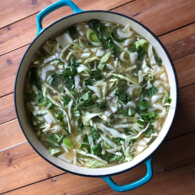 Cocinamos la sopa en un horno holandés, pero también puedes usar el Instant Pot