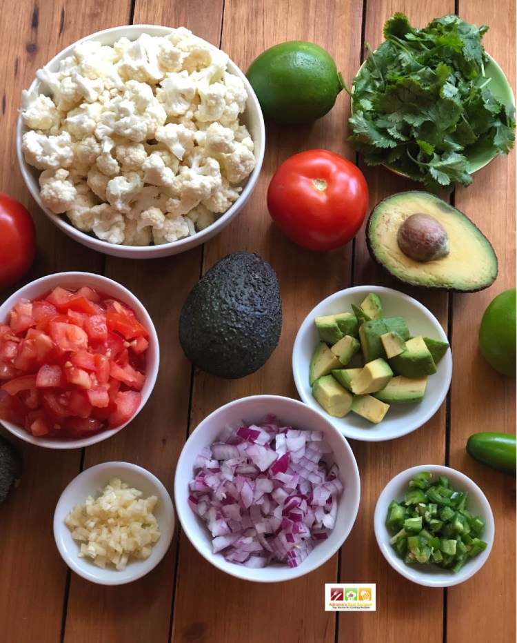 Los ingredientes principales para la receta son aguacate y coliflor además de cebolla, tomate, jalapeño, cilantro, limón y aceite de oliva