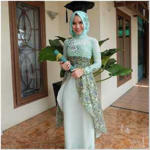 Kebaya dress hijab untuk wisuda