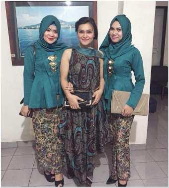 Baju kurung batik kombinasi polos