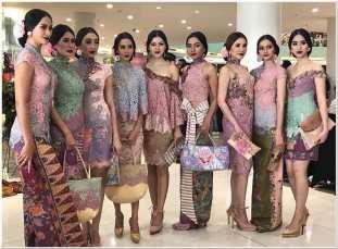 Model baju kebaya kombinasi batik rangrang